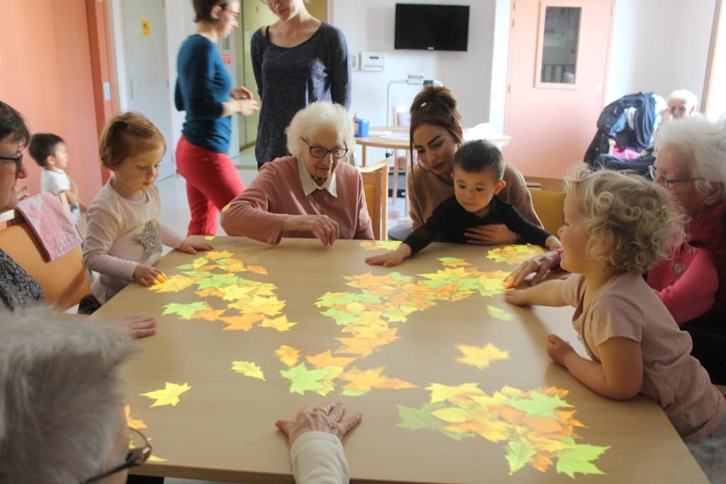 Des résidentes et leur famille en train de jouer au jeu